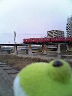 川と赤い電車と